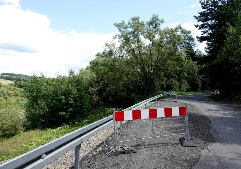 Florynka: przestrzegajcie ograniczenia tonażu i prędkości podczas przejazdu przez osuwisko. Od tego zależy istnienie tej drogi!