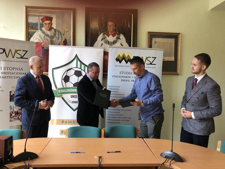 """Państwowa Wyższa Szkoła Zawodowa i UKS """"Trójka"""" z Jelnej będą sobie pomagać"""