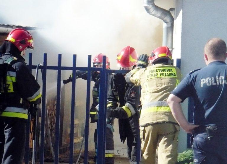 Pożar drewna przy garażach – podpalenie?