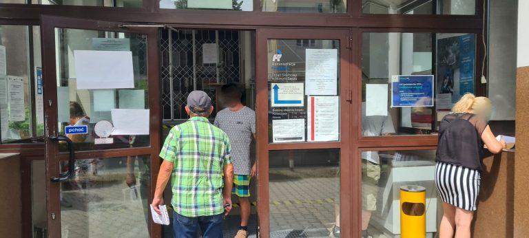 Nowy Sącz: kolejka przed Urzędem Skarbowym. Czytelnik podpowiada: przygotujcie się do wizyty w urzędzie