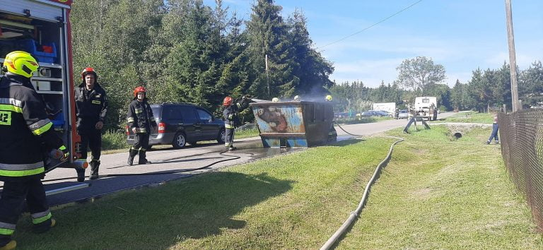 Trzycierz: na drodze powiatowej strażacy gaszą kontener