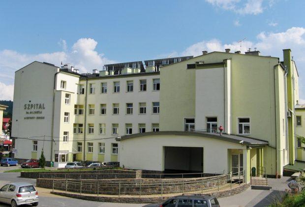Krynica-Zdrój: pacjentka wypchnięta za drzwi szpitala po stwierdzeniu COVID-19? Dyrektor zaprzecza