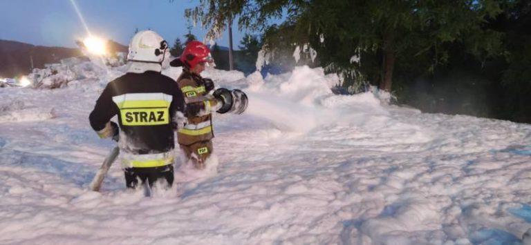 Stróże: pożar sterty podkładów kolejowych. Strażacy brodzili w pianie gaśniczej [zdjęcia]
