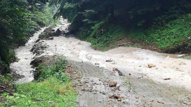 Zalana posesja, uszkodzona droga – to efekt silnych opadów w okolicach Piwnicznej-Zdroju
