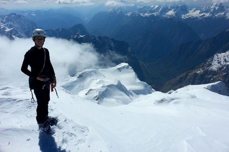 Młody alpinista wspina się na medal