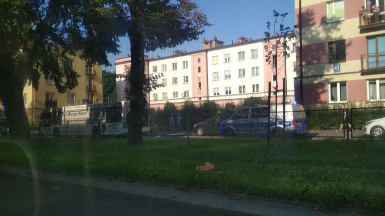 Nowy Sącz: Dym buchnął z komory silnika autobusu MPK. Kierowcy podjęli próbę gaszenia