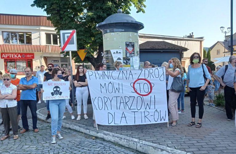 """Protestujący w Piwnicznej-Zdroju: ruch tranzytowy zamorduje Dolinę Popradu, mówimy stanowcze ,,Nie"""" dla tirów"""