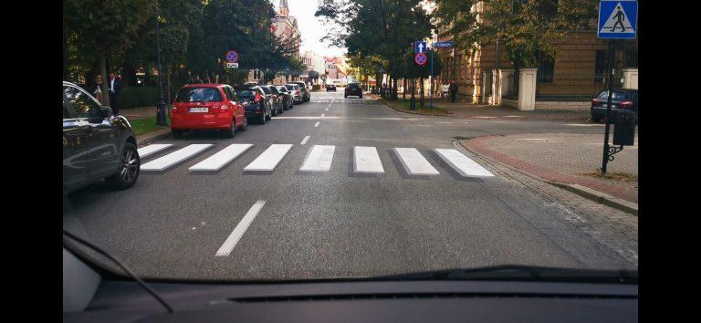 """Iluzja na ulicy Długosza. Pierwsza taka """"zebra"""" w Nowym Sączu"""