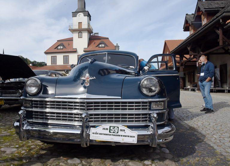"""Nowy Sącz: święto pasjonatów zabytkowych aut. Zjechali właściciele krążowników szos i """"maluchów"""""""