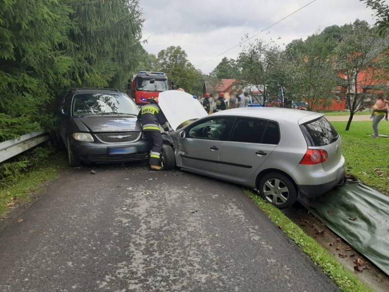 Sienna: na wąskiej gminnej drodze zderzyły się dwie osobówki
