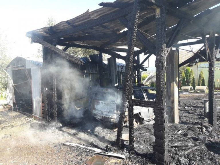 Nowy Sącz: strażacy walczyli z ogniem na ul. Mała Poręba. Spłonął garaż, samochód, wiata