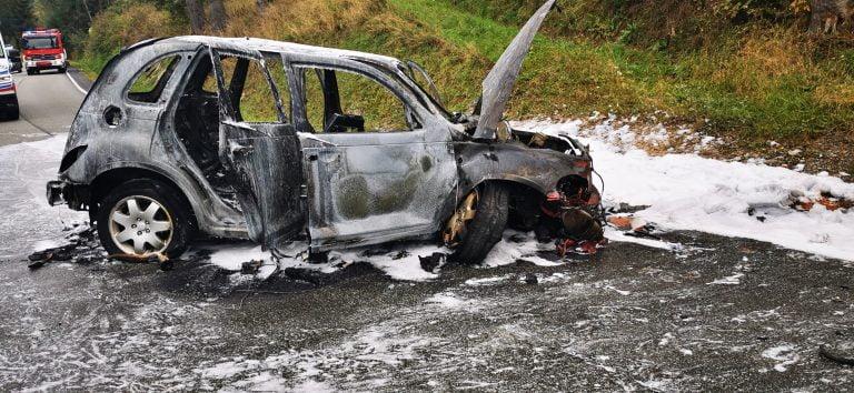 Tylicz, DK 75: spłonął Chrysler. Wezwano śmigłowce LPR. Cztery osoby ranne, choć kierowca mówił, że jechał sam…