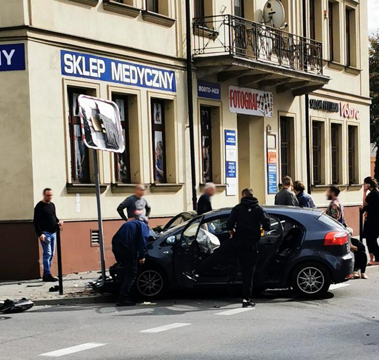Mickiewicza – Jagiellońska: samochód wjechał na chodnik i uderzył w mur kamienicy