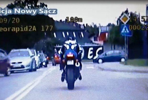 Nowy Sącz: pościg za motocyklistą. Mężczyzna popełnił 20 wykroczeń i przestępstwo [nagranie]