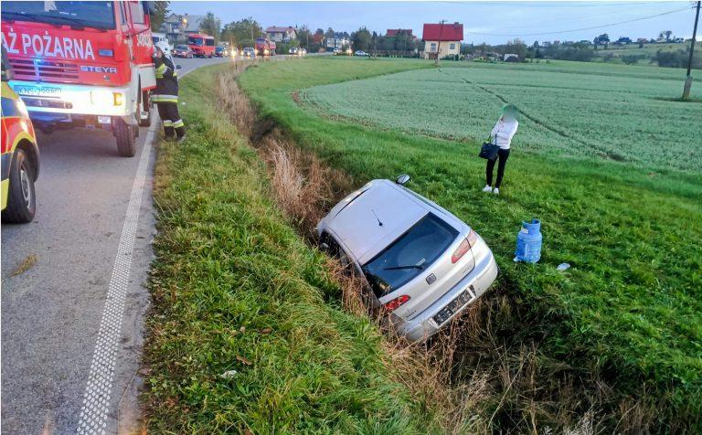Siedlce: samochód wypadł z drogi. Strażacy wyciągali poszkodowanego z auta