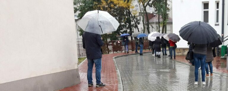"""""""Pacjenci stoją po kilka godzin w zimnie i w deszczu"""" pod szpitalem. Zarząd przychodni Antidotum apeluje do wojewody"""