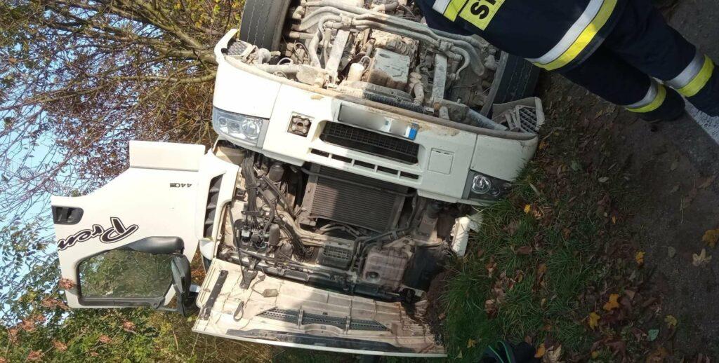Z ostatniej chwili: przewrócił się samochód ciężarowy. Trwają działania służb w miejscowości Trzycierz