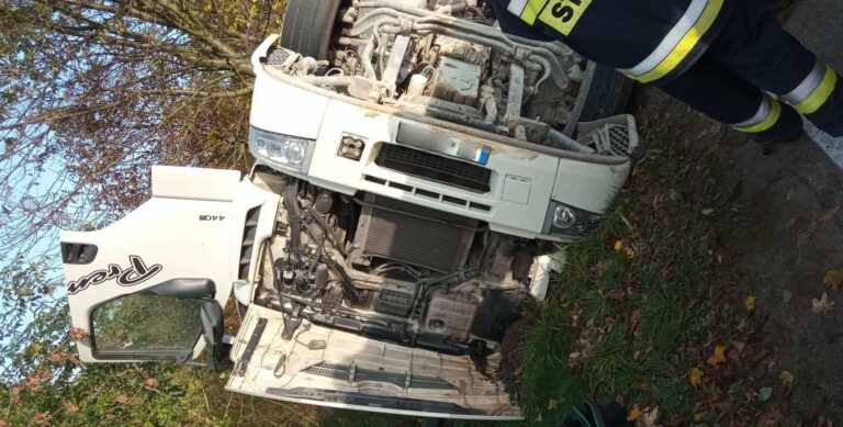 Trzycierz: na zakręcie drogi powiatowej przewrócił się samochód ciężarowy