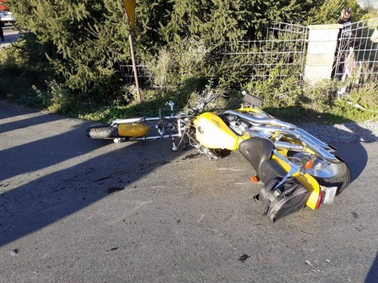 Mała Wieś: zderzenie osobówki i motocykla. Poszkodowany kierowca jednośladu leżał w rowie