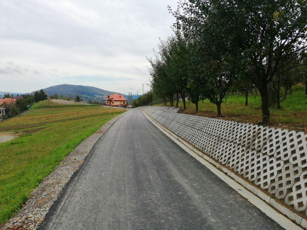 Kolejny odcinek drogi na terenie gminy Łososina Dolna wyremontowany