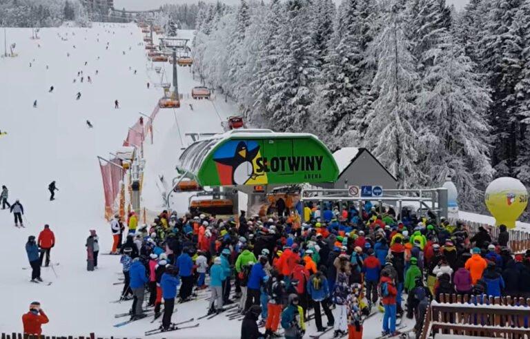 Krynica – Zdrój. Dystans na narciarskim stoku okazał się fikcją. Ministerstwo zdrowia zapowiada kontrole stacji