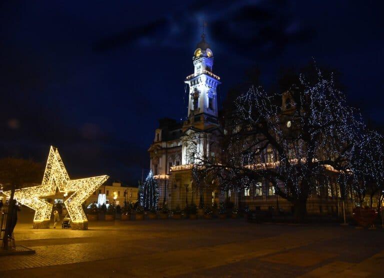 W Nowym Sączu czuć już Święta Bożego Narodzenia. Miasto rozświetliły girlandy światełek (zdjęcia)