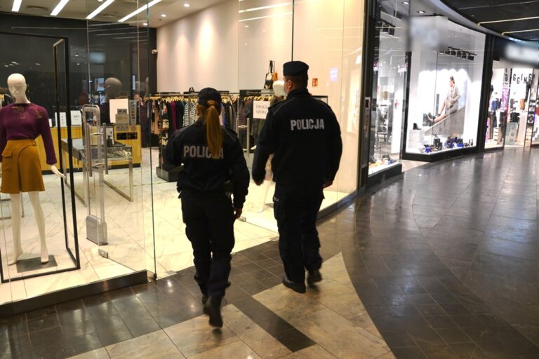 Policja kontroluje placówki handlowo-usługowe na Sądecczyźnie