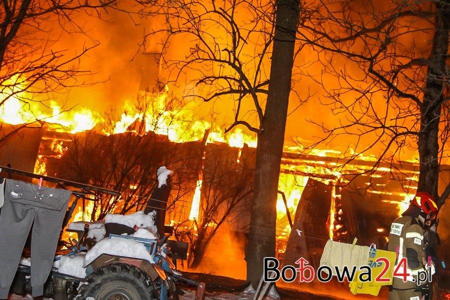 Siedliska. Kilkudziesięciu strażaków walczy z pożarem drewnianego domu. Trwa walka z czasem