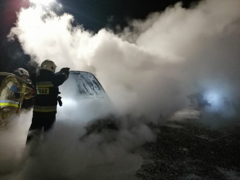 Stary Sącz. Na parkingu firmy blacharsko-lakierniczej spłonął samochód