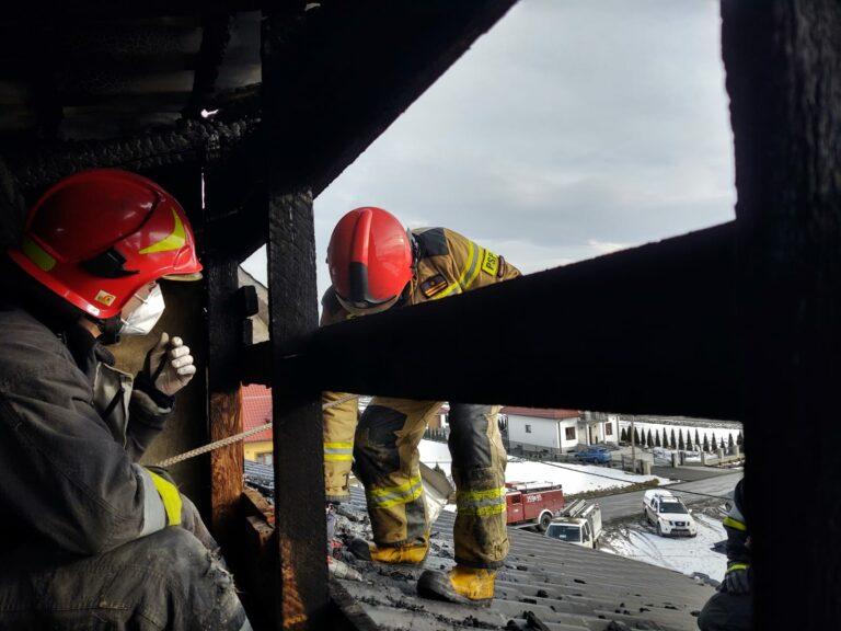 Chochorowice. Spod dachu domu wydobywał się ogień