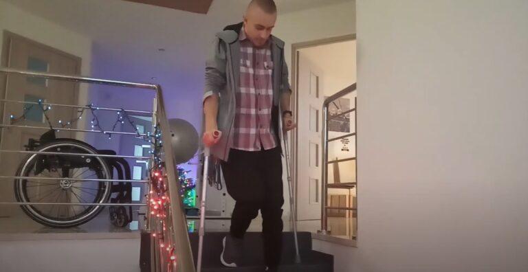 Bartek pokonał raka i uwolnił moc. Dwa lata temu tato wnosił go po schodach. Dziś wchodzi sam…