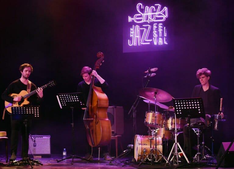 Szymon Mika Trio z filmem w tle