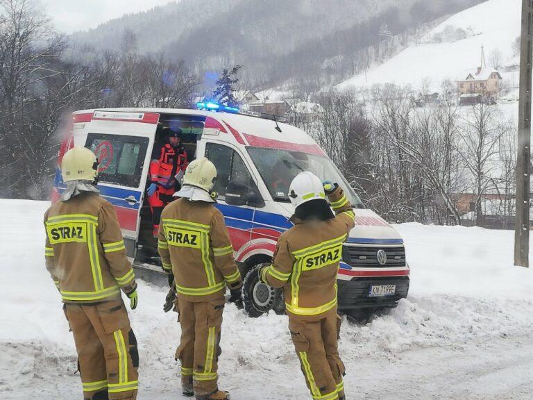 Zima daje się we znaki ratownikom medycznym. Pomagają im sądeccy strażacy
