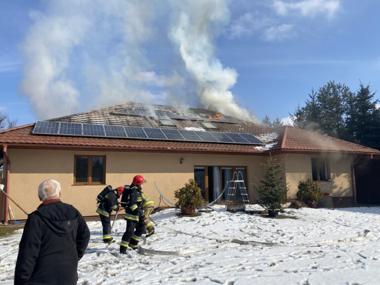 Nowy Sącz/Chełmiec. Pożar domu jednorodzinnego. W akcji osiem strażackich zastępów. Jedna osoba ranna