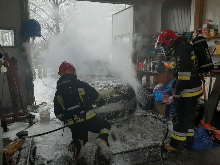 Płonął samochód osobowy. Częściowo znajdował się w garażu