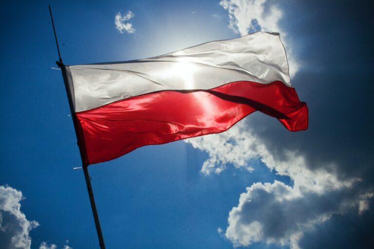 """""""Pod biało-czerwoną"""". Wiemy już, które gminy dostaną flagi i maszty od rządu"""