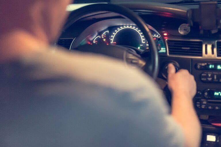 Mieszkaniec Łużnej zatrzymany za zuchwałą kradzież samochodu. Auto zniknęło sprzed sklepu w Bobowej