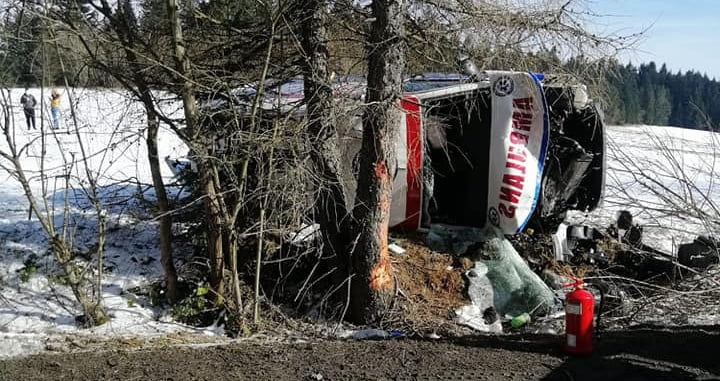 Jeden z ratowników z karetki, która rozbiła się pod Krynicą, był pod wpływem alkoholu. Nie wiadomo jednak, który prowadził