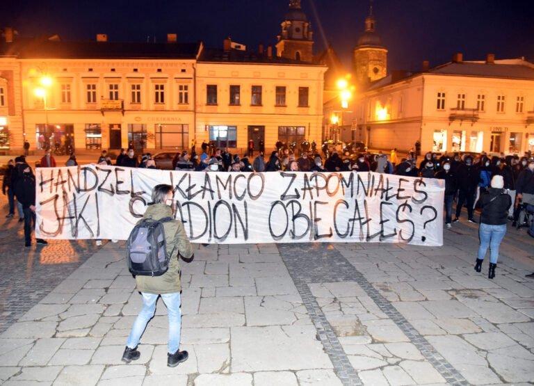 Kibice Sandecji protestowali przed ratuszem