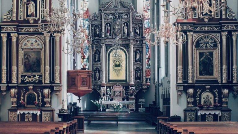 Proboszcz bazyliki tłumaczy dziwny obraz transmisji z mszy: nałożyły się trzy ujęcia. Bazylika funkcjonuje w reżimie sanitarnym
