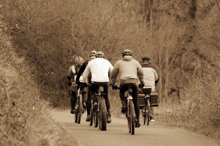 Po zimie ścieżki rowerowe zaniedbane i niebezpieczne – alarmuje Czytelnik. Czy ktoś o nich zapomniał?