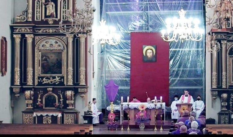 """Nowy Sącz: kontrowersyjna transmisja mszy świętej w bazylice. Obraz kamery w """"ramkach"""" pustych ławek"""