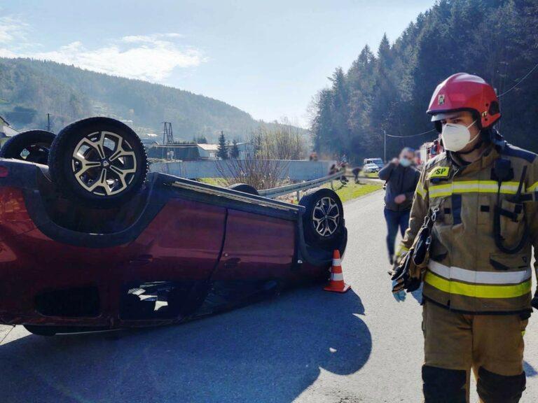 Piątkowa. Zderzenie dwóch samochodów. Jeden z nich dachował