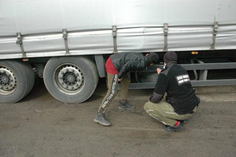Afgańczycy pod naczepą samochodu ciężarowego. Zatrzymano ich na Limanowszczyźnie