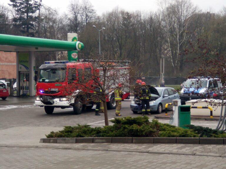 Z ostatniej chwili. Strażacka interwencja przy stacji paliw na Prażmowskiego