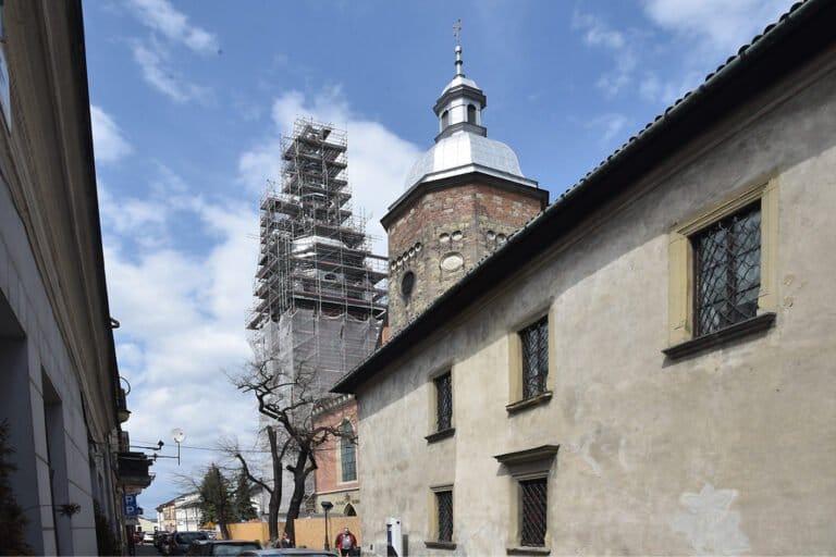 Wieża Bazyliki Świętej Małgorzaty cała w rusztowaniach…. Trwa remont wart pięć milionów.