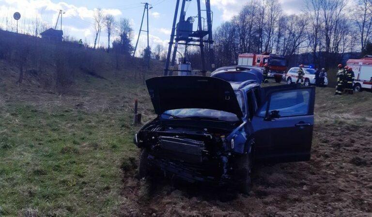 Łabowa. Samochód wypadł z drogi. Jedna osoba poszkodowana