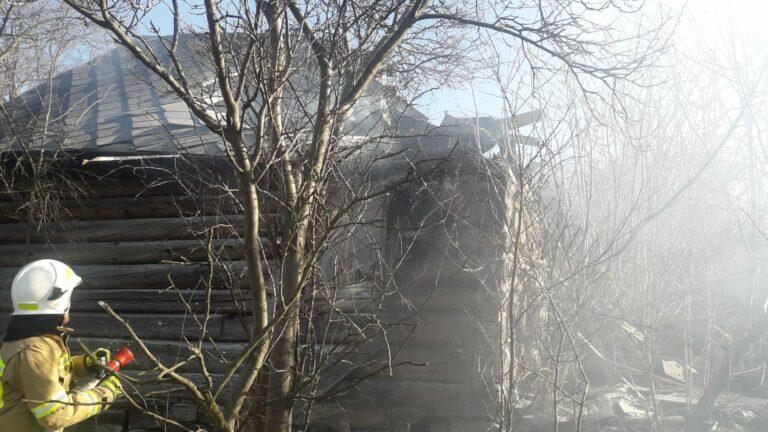 Grybów. W starym drewnianym domu wybuchł pożar