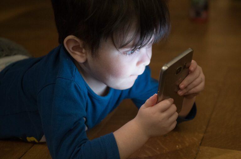 Poradnik (nie tylko) dla rodziców. Jak sprawdzić, czy moje dziecko jest uzależnione od telefonu?