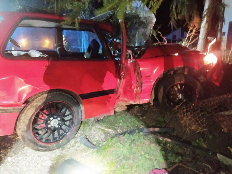 Piątkowa. Samochód uderzył w ogrodzenie